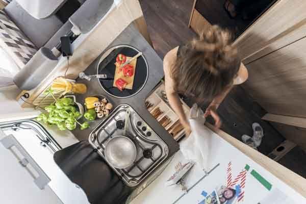 T65G - Alquiler caravanas imagen cocina con persona