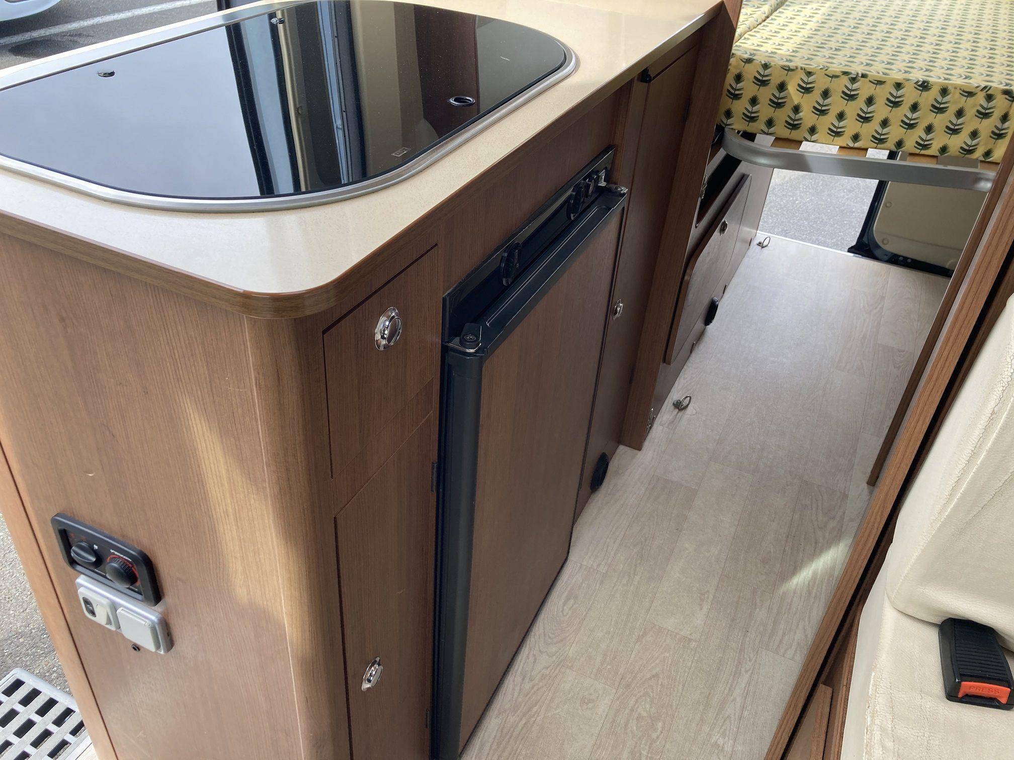 Pasillo y cocina del modelo Karmann de Autocaravanas Bilbao