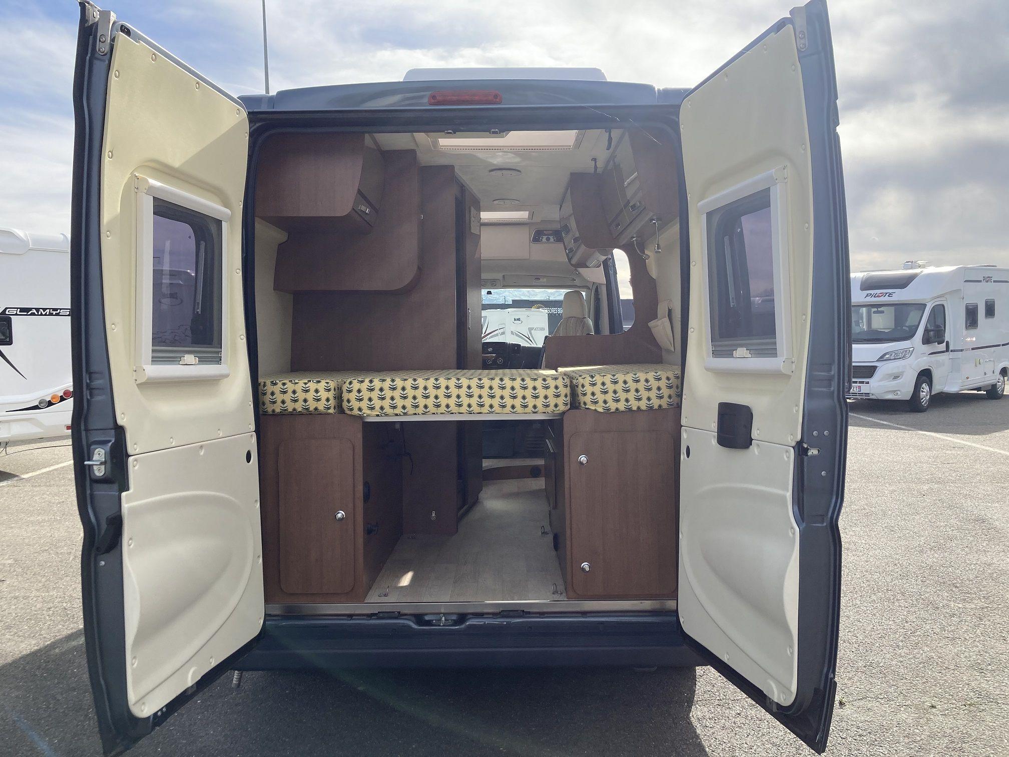 Cama y portones traseros del modelo Karmann de Autocaravanas Bilbao