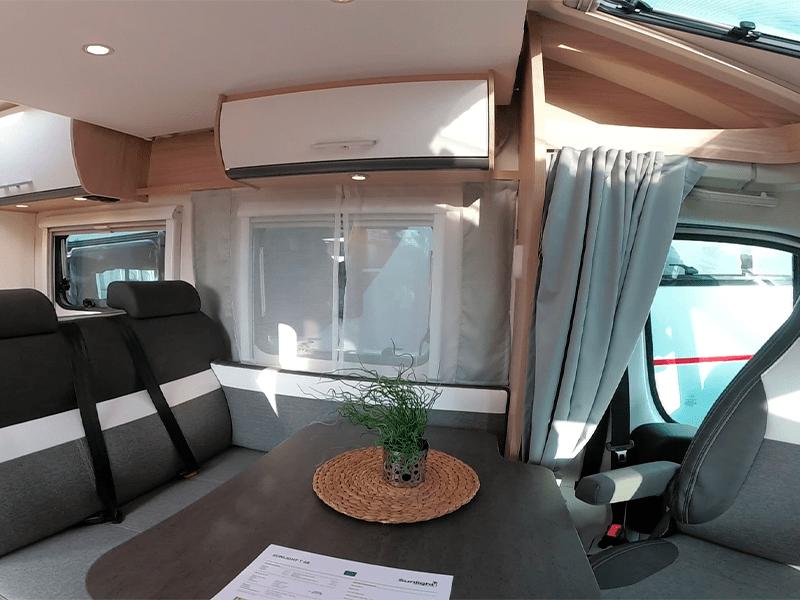 alquiler de caravanas T68 mesa comedor y aire acondicionado