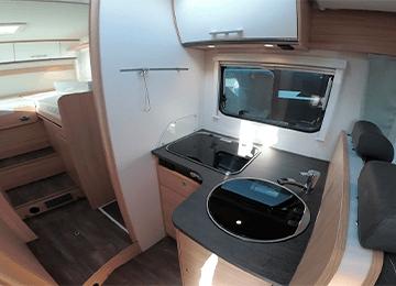 alquiler de autocaravanas bilbao T68 miniatura habitacion y cocina