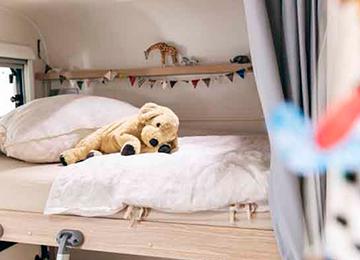 A72P - Alquiler caravanas imagen peluche en cama principal