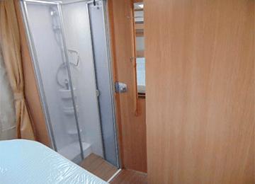 P T68-2 Alquiler Caravanas vista ducha desde habitacion