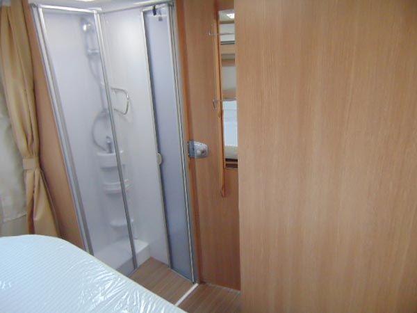 G T68-1 Alquiler de autocaravanas ducha y parte de habitacion