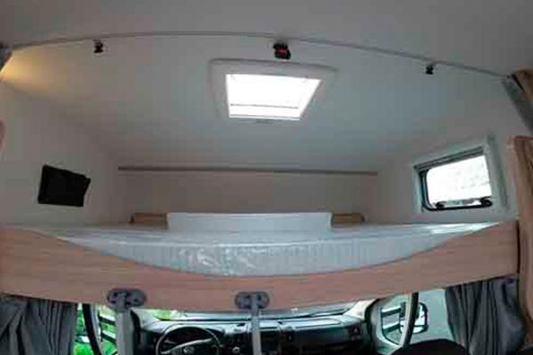 A72G - Alquiler autocaravanas Bizkaia imagen cama pequeña cerca